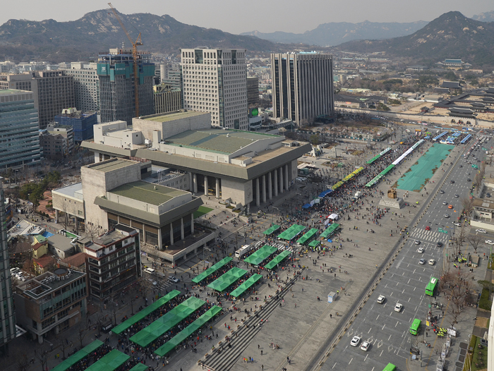 The southbound side of Sejongno, the main street running from Gyeongbokgung Palace to Gwanghwamun Station in downtown Seoul, was closed off to traffic on Sunday, March 17 for a special car-free street market.