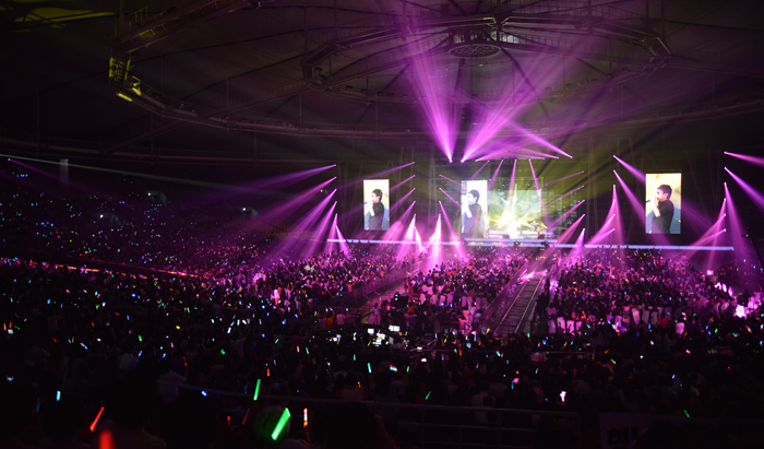"Olympic Gymnastics Hall is packed with 10,000 fans who came for Cho Yong-pil's concert ""Hello"" on May 31 (photo courtesy of Insight Entertainment)."