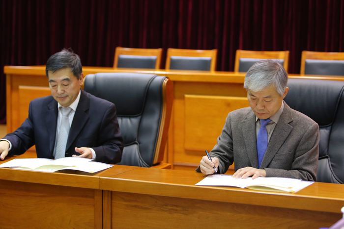 Hong Myeon-ki (right), a senior official at the Northeast Asian History Foundation, and Yin Huai, director of the Jilin Province Archives, sign an MOU to pursue a joint study into the 'comfort women' issue.