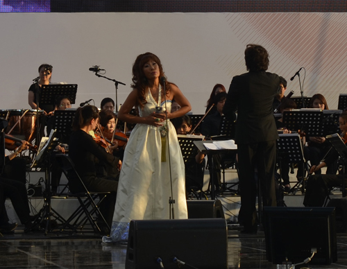 Opera singer Go Jin-yeong accompanied by the Millennium Symphony Orchestra conducted by Seo Hui-tae at Arirang festival