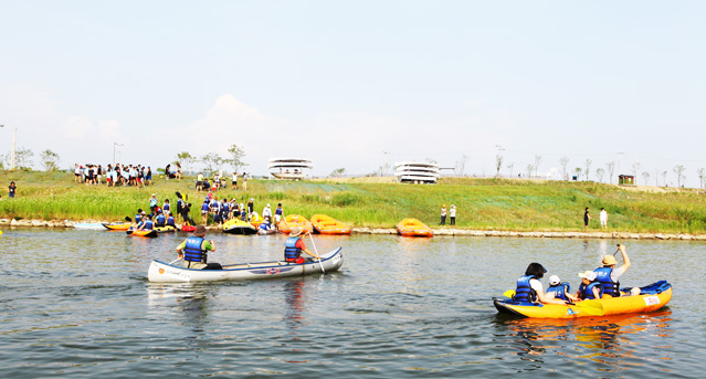 Kayaking is becoming one of the most popular leisure activities by the rivers (photo courtesy of Korea Tourism Organization).