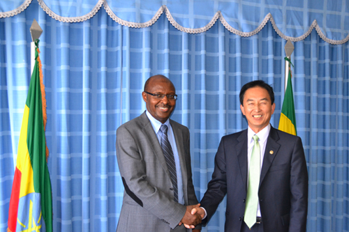 Choi Kyu-yun, administrator of Public Procurement Service (PPS) met with Ethiopia's Minister of Finance and Economic Development Sufian Ahmed and discussed mutual cooperation on public procurement