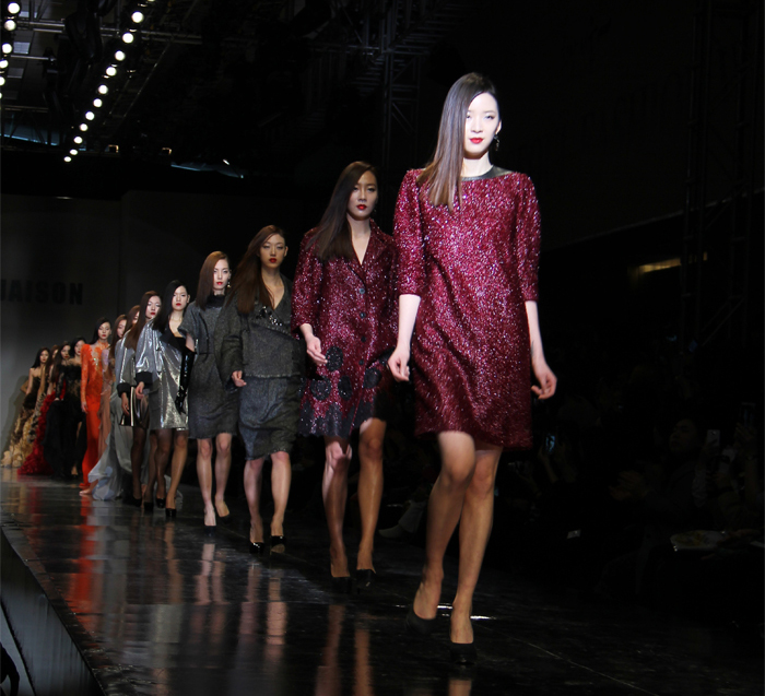 The photo shows the finale of the fashion show by Jaison held on March 27 (photo: Sohn Ji-ae).