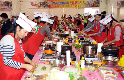 Multicultural families participate in a cooking event presenting their own national cuisines (photo: Yonhap News).
