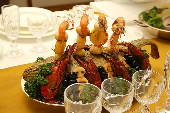 지난 11일 서울 웨스틴조선호텔에서 열린 '대한제국 황실 서양식 연회음식 재현 행사'에서 선보인 12개 코스요리 가운데 안심 송로버섯구이(위)와 구운생선과 버섯요리.