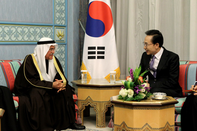 President Lee Myung-bak (on the right) and the Saudi Arabian Minister of Petroleum and Mineral Resources Ali Al-Naimi