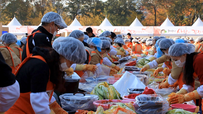 People make kimchi in large groups. (photo courtesy of the CHA)