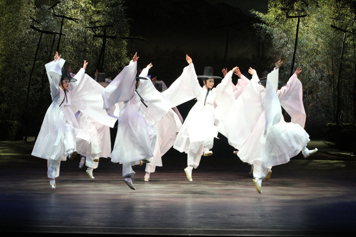 The Dance Theater of the National Gugak Center will present traditional dances from four regions of Korea from April 18 to 19 (photo courtesy of the National Gugak Center).