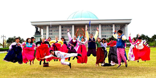 In early 2012, a group of Hanbok enthusiasts took part in a Hanbok March through downtown Seoul (photo courtesy of Ma-Ik-Heul).