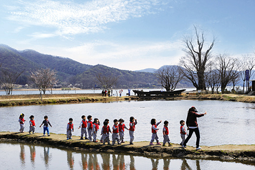 A class of schoolchildren visits Dumulmeori, a scenic site in Gyeonggi-do where the Namhan and Bukhan rivers meet (photo: Gonggam Korea).