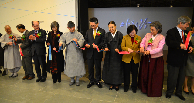 The tape is cut at the opening of the Arirang exhibit in the National Folk Museum.