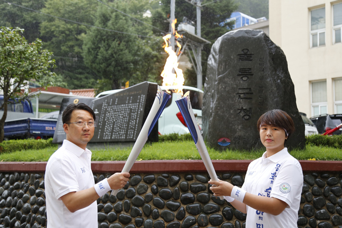 Top Torch Bearers Run On The Sands Of Baeknyeongdo Island Middle