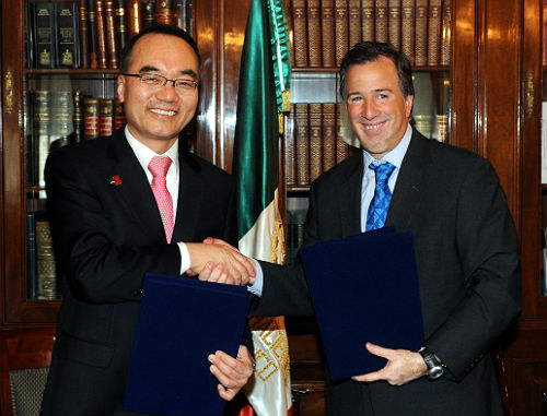 Minister of Strategy and Finance Bahk Jaewan and Mexican Finance Minister Jose Antonio Meade shake hands after signing a Memorandum of Understanding on February 27