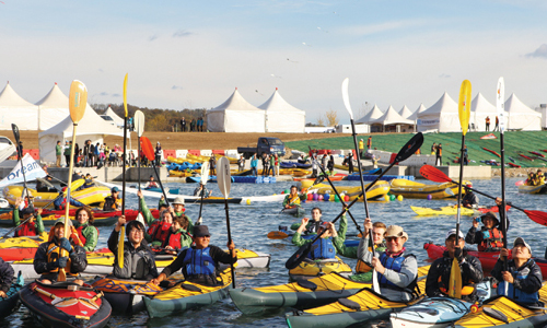 Foreign diplomats participate in a kayaking event by the Ipo Weir on October 22 (photo: Weekly Gonggam).