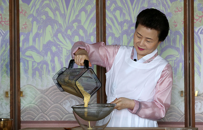Director Yoon Sook-ja of the Institute of Traditional Korean Food drains blended corn for the corn and mushroom soup.