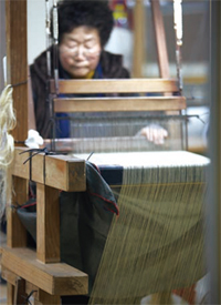A woman weaving ramie yarn