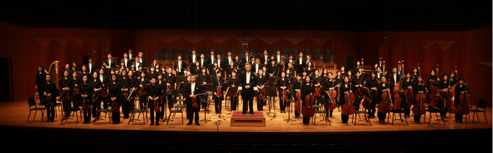 Kim Dae-jin and Suwon Philharmonic Orchestra greet an audience (photo courtesy of Suwon Philharmonic Orchestra).