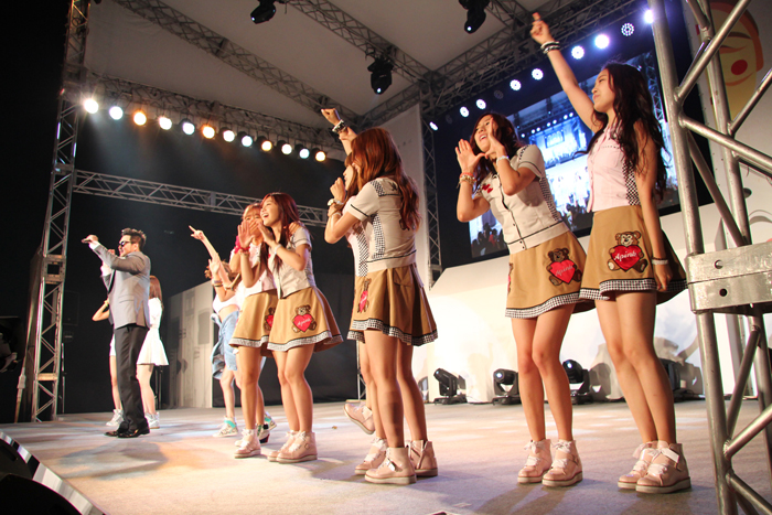 K-pop girl group APink group performs with Kim Tae-woo during the festival (photo courtesy of Korean Cultural Center in Tokyo).