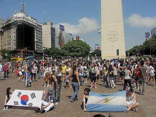 Ahead of the culture minister's visit, Argentinean K-pop fans organized a flash mob to demonstrate their support and passion for bringing K-pop concerts to their hometowns (photo: Yonhap News).