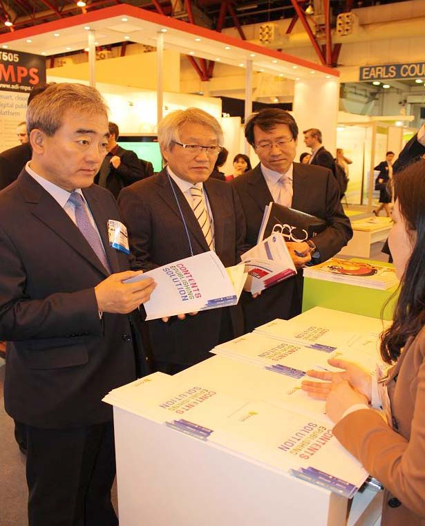Minister of Culture, Sports and Tourism Yoo Jinryong (left) attends the London Book Fair. (photo courtesy of the Ministry of Culture, Sports and Tourism)
