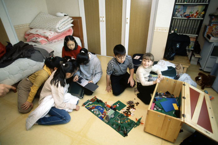 Foreign children staying at a Korean house play with the Korean children (photo: Yonhap News).