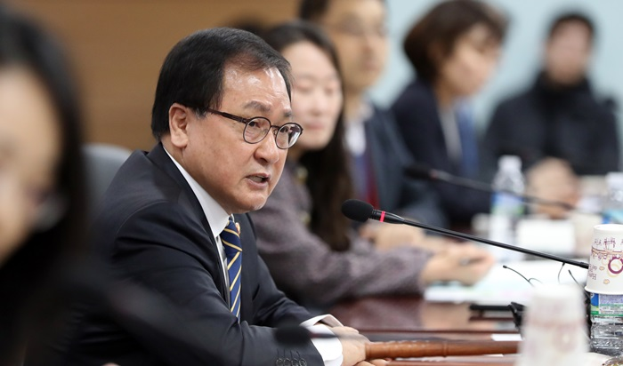 Minister of Science and ICT Yoo Young Min on Feb. 14 chairs the first meeting of a national committee on new technologies and services at Government Complex-Gwacheon, Gyeonggi-do Province.