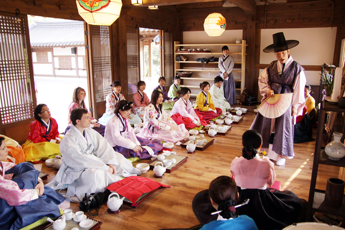 MiSuDa offers an opportunity for foreigners to experience traditional Korean culture and its genuine beauty by tasting traditional tea, learning about Korean tea etiquette and traditional music, and trying on Hanbok (photo courtesy of Seoul Namsan Traditional Theater).
