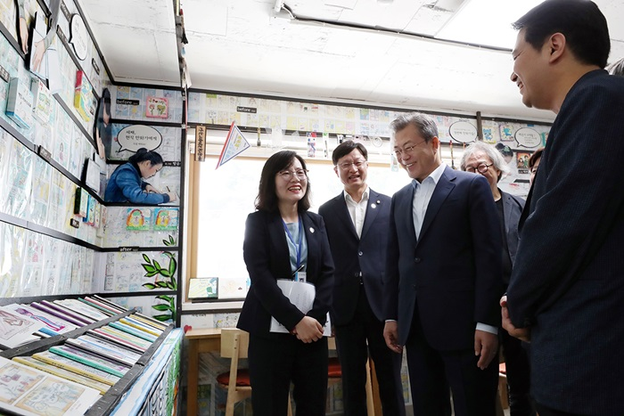 President Moon Jae-in looks around the facilities at the Gusan-dong Library Village in Seoul on Sept. 4. (Cheong Wa Dae)