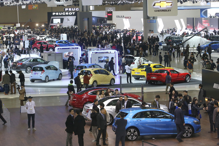 A total of 331 automotive companies from 13 countries are participating in the biennial Seoul Motor Show at Kintex, Goyang, which will continue until April 7 (photo: Yonhap News).