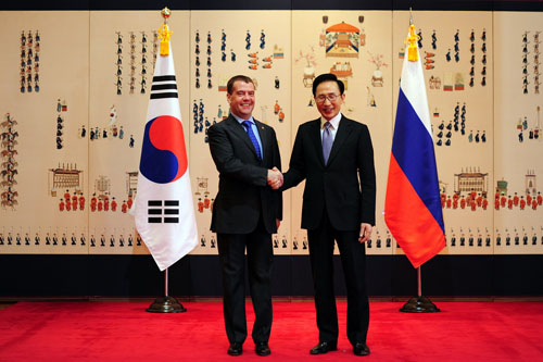 President Lee Myung-bak and President Dmitry Medvedev meet at Cheong Wa Dae on March 26 for the seventh Korea-Russia summit in four years