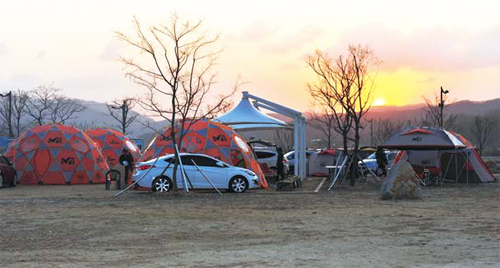 Interest in camping has increased tremendously in Korea in recent years. It is enjoyed as an outing event with family and friends (photo: riverguide.go.kr).