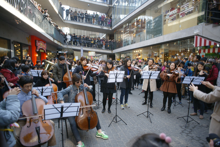 "The orchestra plays ""Arirang"" on the street of Ssamji-gil in Insa-dong, Seoul, on March 1 (photo courtesy of Proteurment Bang-koon Photo)."