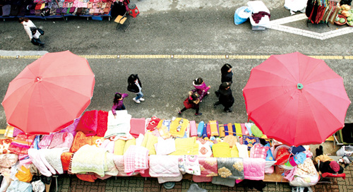 Ilsanjang, seen from above: the displayed colorful bedclothes bring colors to the market.