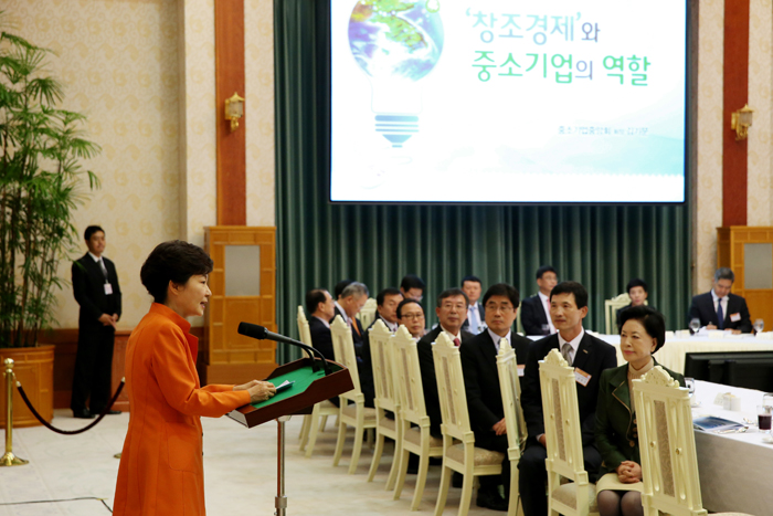 "At a luncheon with business leaders from small- and medium-sized enterprises (SMEs) on October 2, President Park Geun-hye (left) said, ""We will help SMEs and start-up companies find creative ideas and apply them to their businesses through Creative Economy Town."" (photo: Cheong Wa Dae)"