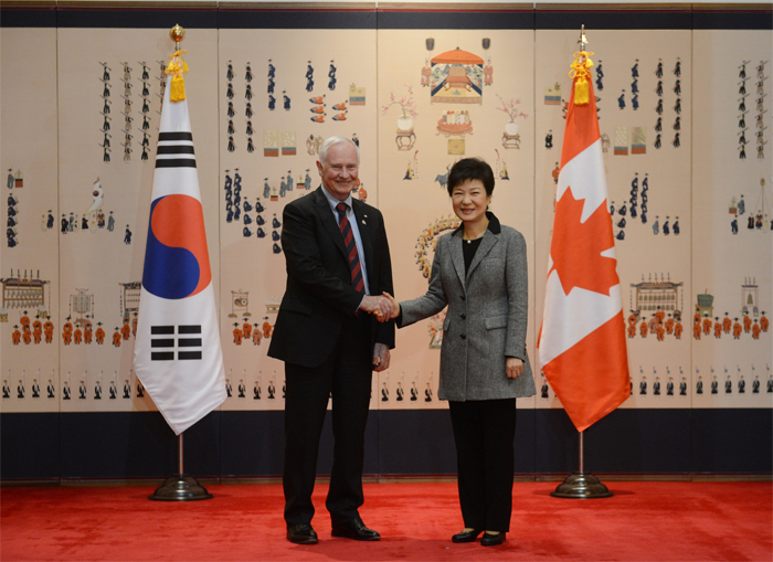 President Park Geun-hye (right) shakes hands with Canada's Governor-General David Lloyd Johnston (photo courtesy of Cheong Wa Dae).