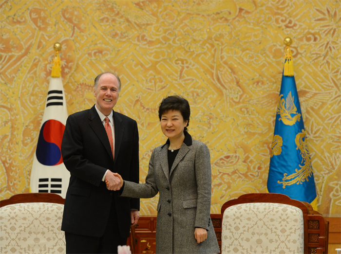 President Park Geun-hye (right) shakes hands with U.S National Security Adviser Thomas Donilon at the Blue House on her second day in office (photo courtesy of Cheong Wa Dae).