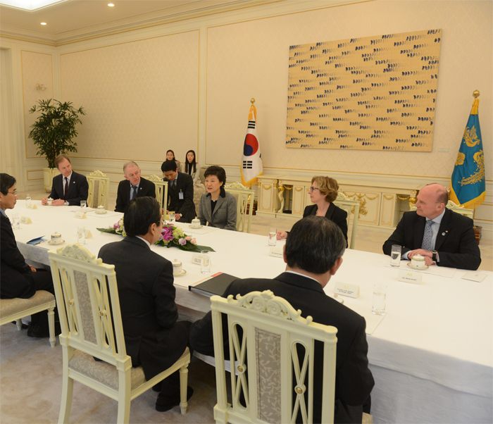 President Park Geun-hye (middle in the back row) meets representatives from Britain (from left in the back row), Denmark, France, and Germany who visited Korea to take part in the inauguration ceremony held on February 25 (photo courtesy of Cheong Wa Dae).