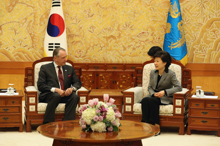 President Park Geun-hye (right) receives UN Deputy Secretary General Jan Eliasson at the Blue House on February 26 (photo courtesy of Cheong Wa Dae).