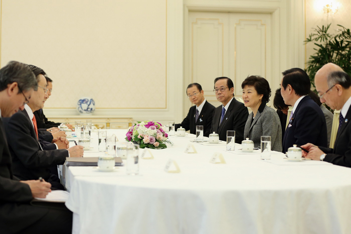 President Park Geun-hye (middle right) talks with the Japanese delegation including former Japanese Prime Minister Yasuo Fukuda (second from left in the right row) (photo courtesy of Cheong Wa Dae).