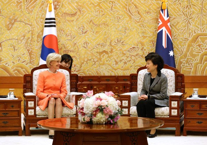 President Park Geun-hye (right) talks with Governor-General of Australia Quentin Bryce at Cheong Wa Dae (photo courtesy of Cheong Wa Dae).