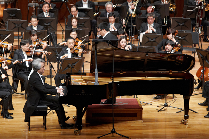 Kim Dae-jin plays the piano together with an orchestra (photo courtesy of Suwon Philharmonic Orchestra).