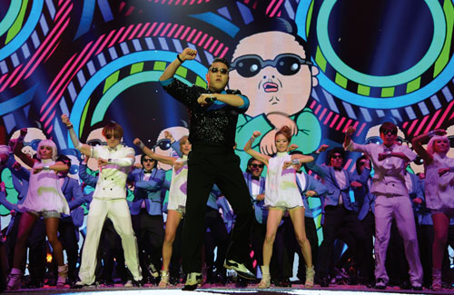 Psy performs Gangnam Style at the MTV Europe Music Awards held in Frankfurt (photo: KOCIS).