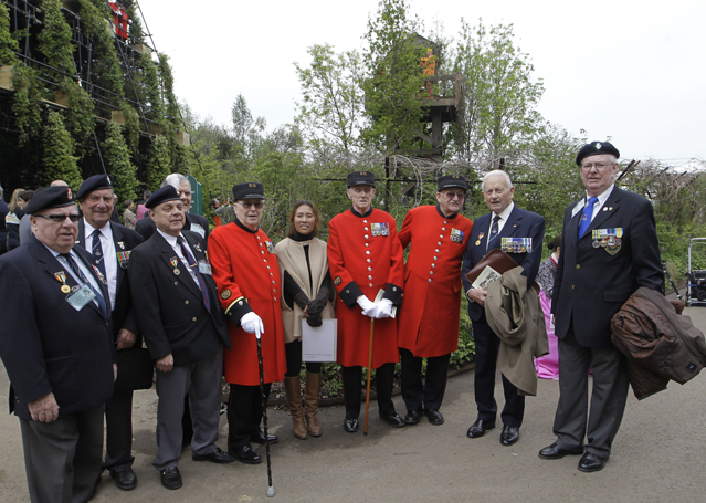 Garden designer Hwang Ji-hae, center, poses with Korean war veterans, and Korean war Chelsea pensioners by her show garden 'Quiet Time: DMZ Forbidden during the Chelsea Flower Show in London (Photo: Yonhap news)