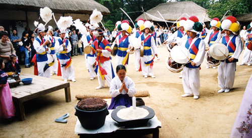 Seongju Gosa, a ritual in which people pay tribute to their ancestors and thank them for a good harvest, will be demonstrated at the Korean Folk Village through Monday, October 3 (photo courtesy of Korean Folk Village).
