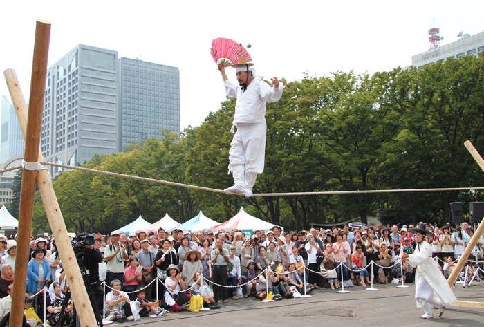 A jultagi (tightrope walking) performance was staged during the festival (photo courtesy of Korean Cultural Center in Tokyo).