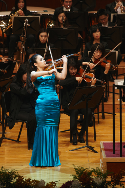 Violinist Sarah Chang performs with the Bucheon Philharmonic Orchestra at the Seoul Arts Center for the Korean World Star Series to celebrate the 25th anniversary of the center's establishment (photo courtesy of Seoul Arts Center).