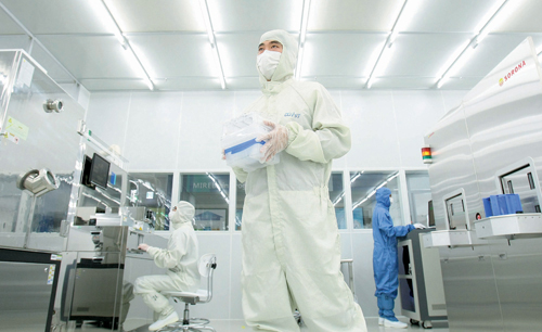 A researcher carries out a metalizing and etching process for semiconductors in a clean room at Daegu Gyeongbuk Institute of Science and Technology. President Park Geun-hye said the central part of a creative economy lies in science, technology, and the IT industry and reiterated her will to foster science and technology.