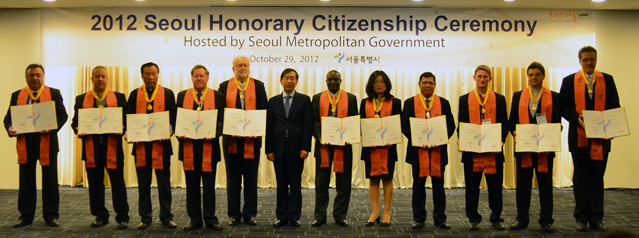 The 2012 honorary citizens line up on stage with Mayor Park (middle).