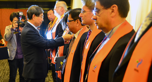 The 2012 honorary citizens are presented with medals by Mayor Park.