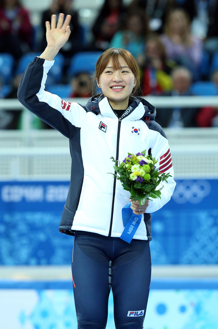 Park Seung-hi waves to the crowd during the awards ceremony after winning bronze in Sochi, Russia, on February 13. (photo: Yonhap News)